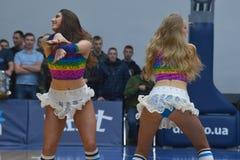 Cheerleadern tanzen auf Basketballplatz Stockfotografie