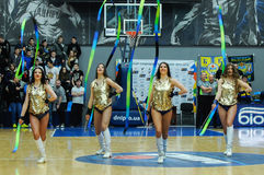 Cheerleadern tanzen auf Basketballplatz Stockfotos