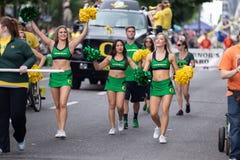 Cheerleaders bij grote bloemenparade stock foto