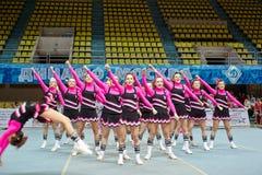 Cheerleaders dziewczyny drużyna wykonuje akrobacje Zdjęcia Stock