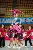 Cheerleaders dziewczyny drużyna wykonuje akrobacje Obraz Royalty Free