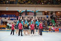 Cheerleaders dziewczyny drużyna wykonuje wyczyn kaskaderskiego Zdjęcia Royalty Free