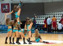 Cheerleaders op basketbalarena Royalty-vrije Stock Afbeelding