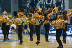 Cheerleaders tanczą na boisko do koszykówki Zdjęcie Royalty Free