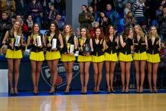 Cheerleaders tanczą na boisko do koszykówki Fotografia Stock