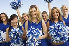 Cheerleaders Trzyma Pom-Poms Fotografia Royalty Free