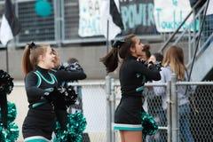 Cheerleaders van de middelbare schoolvoetbal stock foto