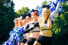 Cheerleaders Ćwiczy Outdoors Fotografia Stock
