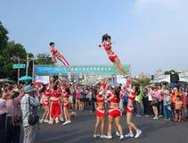 Cheerleaders wykonują akrobacje Obrazy Stock