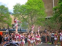 Cheerleaders Wykonuje wyczyn kaskaderskiego Zdjęcia Stock