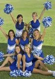 Cheerleadersholding Pompoms op Gebied Royalty-vrije Stock Afbeeldingen