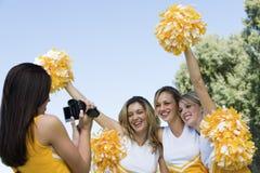 Cheerleadervideo, das Freunde auf Band aufnimmt Lizenzfreie Stockfotos