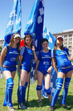 Cheerleading Χαμογελώντας κορίτσια που θέτουν με τις σημαίες Στοκ εικόνα με δικαίωμα ελεύθερης χρήσης