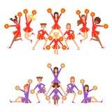 Cheerleading lag för högstadiumyrke av flickahejaklacksledare på den sista pyramidställningen som poserar med Pompoms Royaltyfri Fotografi