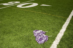 Cheerleading pom-poms op voetbalgebied Stock Afbeelding