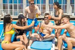 cheers Группа в составе коктеили жизнерадостных людей выпивая Стоковая Фотография
