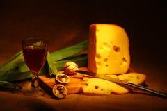 Chees mit Weinglas und mit Messer Stockfotografie