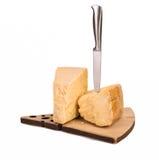 Chees van parmezaanreggiano met mes op wit wordt geïsoleerd dat stock fotografie