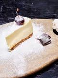 Cheescake avec la myrtille arrosée avec du sucre glace images libres de droits