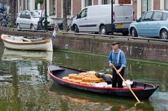 Free Cheese Arrives To The Cheese Market By Boat In Alkmaar, Netherlands Royalty Free Stock Photography - 135969587