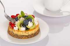 Cheese-cake, strawberries, blueberries and kiwi Royalty Free Stock Images