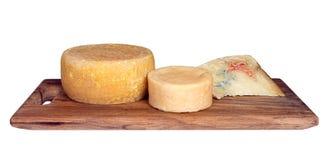 Cheeseboard με τρία ανάμεικτα χειροτεχνικά, αγροτικά τυριά απομονώστε Στοκ Φωτογραφίες