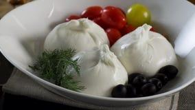 cheeseboard Τυρί Suluguni, ελιές και ντομάτες κερασιών σκηνή Ένα μίγμα από το φρέσκο πιπέρι, ντομάτες, αγγούρια, μαρούλι φιλμ μικρού μήκους