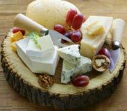 Cheeseboard con i formaggi assortiti fotografie stock libere da diritti
