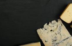Cheeseboard con il preparato del formaggio immagine stock