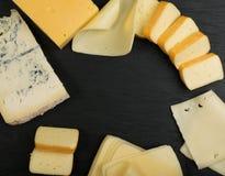Cheeseboard con il preparato del formaggio fotografie stock libere da diritti