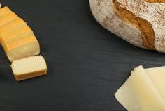 Cheeseboard con il preparato del formaggio fotografia stock libera da diritti