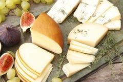 cheeseboard Drie types van kaas stock afbeelding