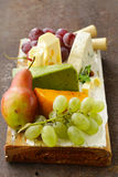 Cheeseboard med olika typer av ost Royaltyfri Bild