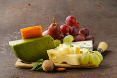 Cheeseboard met verschillende types van kaas Royalty-vrije Stock Afbeeldingen