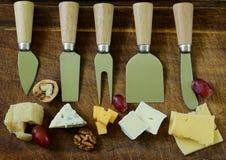 Cheeseboard mit sortierten Käsen stockfotos