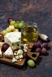 cheeseboard, vruchten en honing op een donkere verticale achtergrond, Royalty-vrije Stock Afbeelding