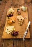Cheeseboard z owoc i ziele Zdjęcia Royalty Free