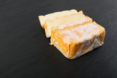 Cheeseboard z Pokrojonym Żółtym serem Zamkniętym W górę zdjęcia stock