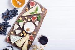 Cheeseboard z serowym brie parmesan, camembert i dorblu, Jedzenie na drewnianej desce fotografia stock