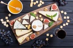 Cheeseboard z serowym brie parmesan, camembert i dorblu, Jedzenie na drewnianej desce obrazy royalty free