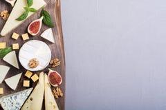 Cheeseboard z serowym brie parmesan, camembert i dorblu, Jedzenie na drewnianej desce zdjęcie royalty free