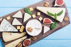 Cheeseboard z serowym brie parmesan, camembert i dorblu, Jedzenie na drewnianej desce zdjęcie stock