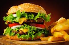 Cheeseburger και τηγανιτές πατάτες Στοκ φωτογραφίες με δικαίωμα ελεύθερης χρήσης