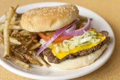 Cheeseburger κατ' οίκον γίνοντα τηγανητά Στοκ Εικόνες