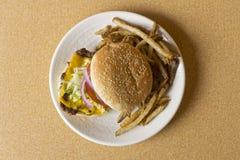 Cheeseburger κατ' οίκον γίνοντα τηγανητά Στοκ Φωτογραφίες