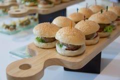 Cheeseburger ολισθαίνοντες ρυθμιστές με την ντομάτα μαρουλιού Στοκ εικόνες με δικαίωμα ελεύθερης χρήσης