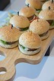 Cheeseburger ολισθαίνοντες ρυθμιστές με την ντομάτα μαρουλιού Στοκ φωτογραφία με δικαίωμα ελεύθερης χρήσης