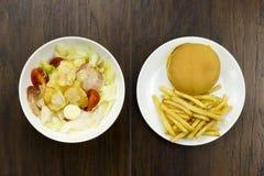 Cheeseburger σαλάτας Caesar croutons ντοματών τροφίμων τηγανητών εύγευστο υγιές τυρί παρμεζάνας και φρέσκος Στοκ Φωτογραφία