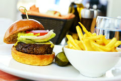 Cheeseburger χάμπουργκερ και γαλλικά frites Στοκ Εικόνες