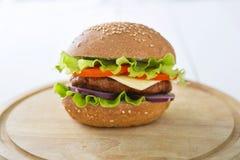 Cheeseburger гамбургера бургера на древесине таблицы Стоковые Изображения